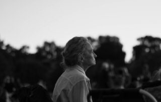 Mujer mayor mirando el horizonte