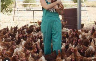 Mujer con gallinas