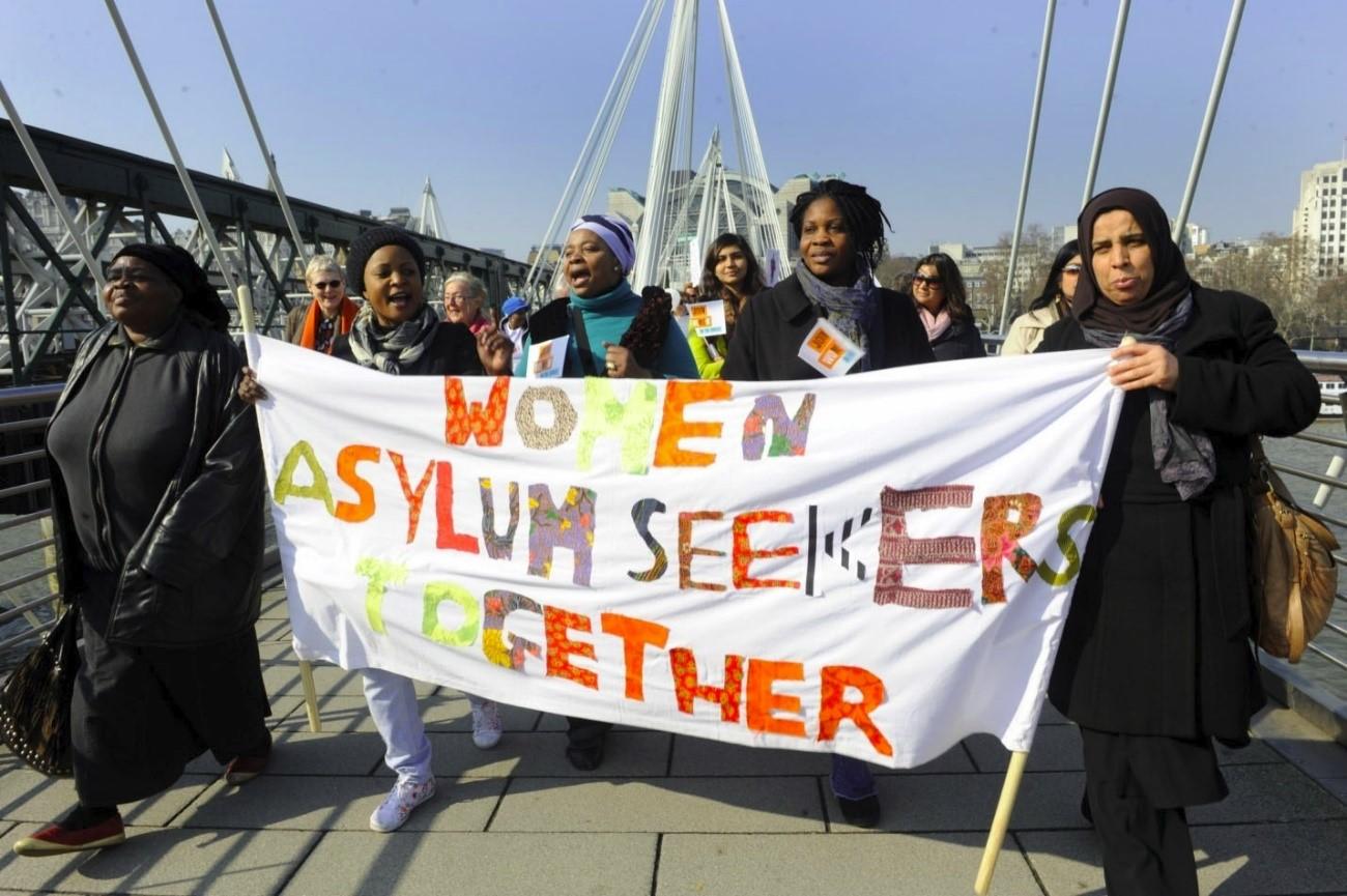 Manifestación de mujeres refugiadas reivindicando sus derechos