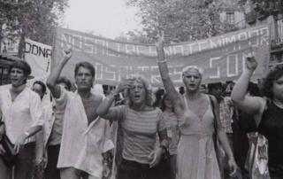 Imagen: Manifestación en la 1ª movilización del Orgullo, el 26 de junio de 1977, en La Rambla (Barcelona) (Fotógrafa: Colita)